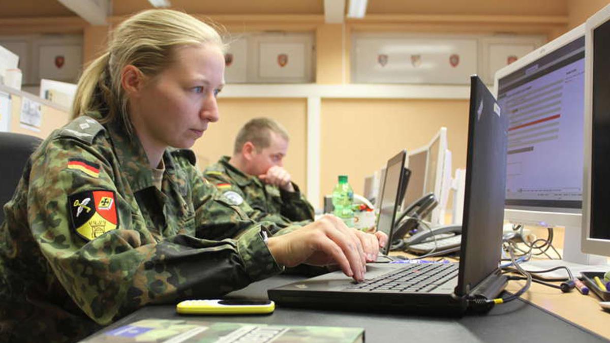 Sicherheitsexperten im Cybersicherheitszentrum der Bundeswehr in Deutschland